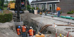 Archeologen werken achter de grondwerkers aan bij begeleidingen.