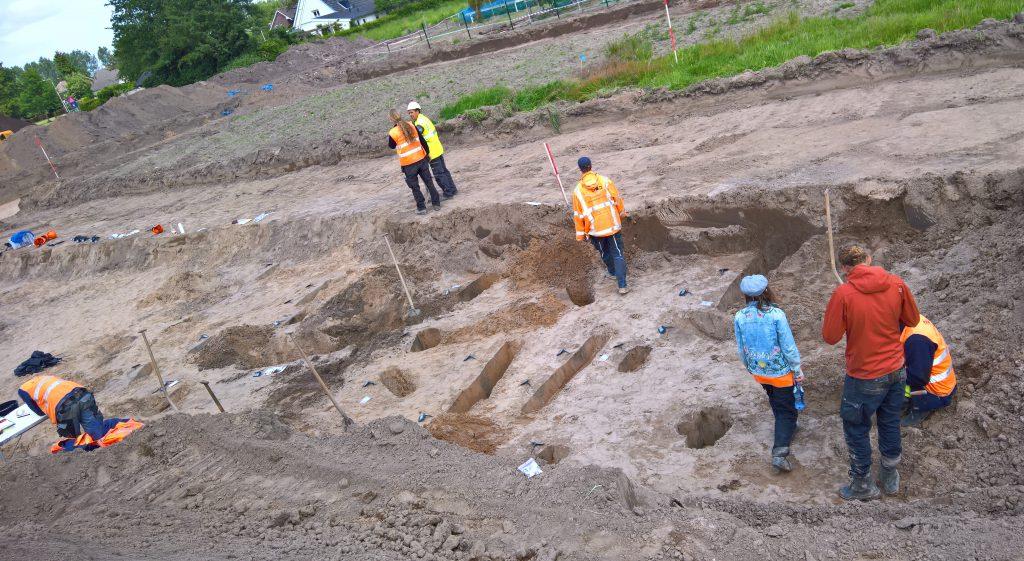 Documenteren van gecoupeerde archeologische sporen bij een definitieve archeologische opgraving.